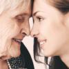 Ældre og yngre kvinde næse mod næse