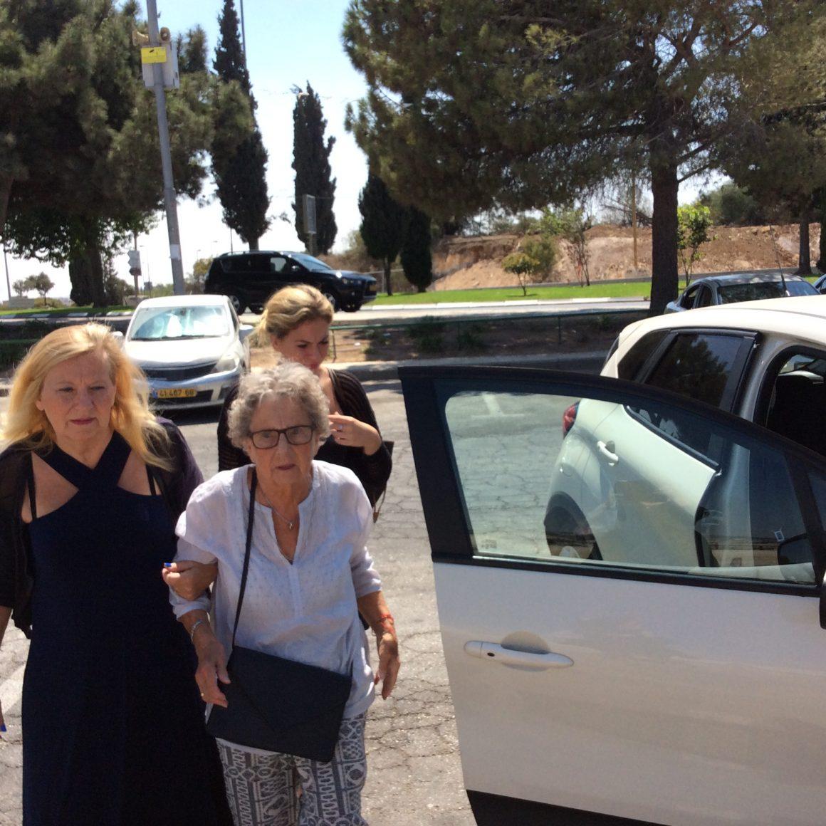 Ældre kvinde på familieudflugt
