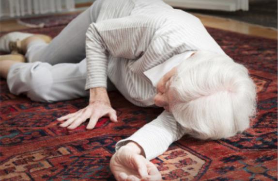 Ældre dame liggende på gulvtæppe
