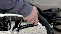 Kørestolen er vigtig for R's livskvalitet