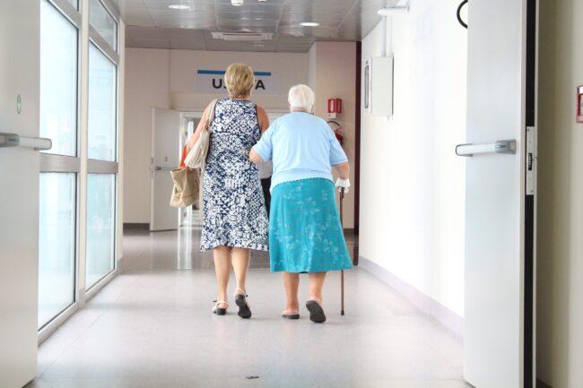 Ældre dame på hospitalet