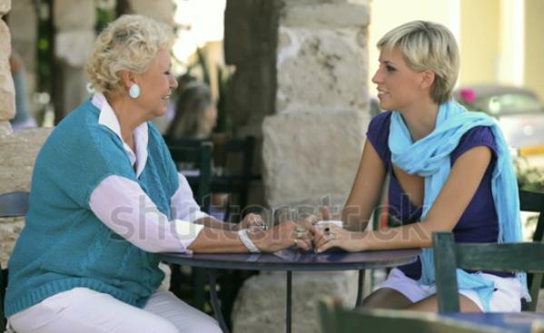 Ung og ældre kvinde har en god samtale